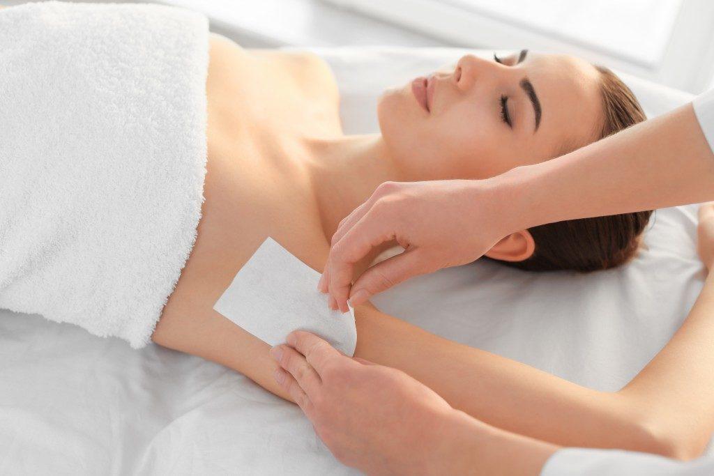 girl waxing underarm
