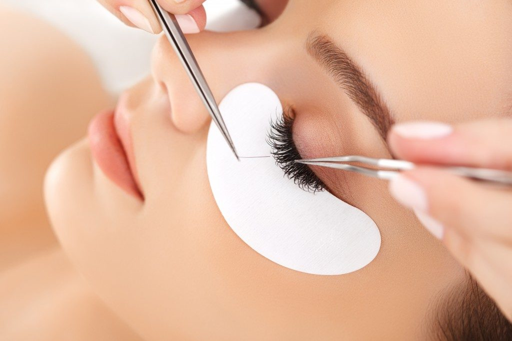 Woman having an eyelash extension