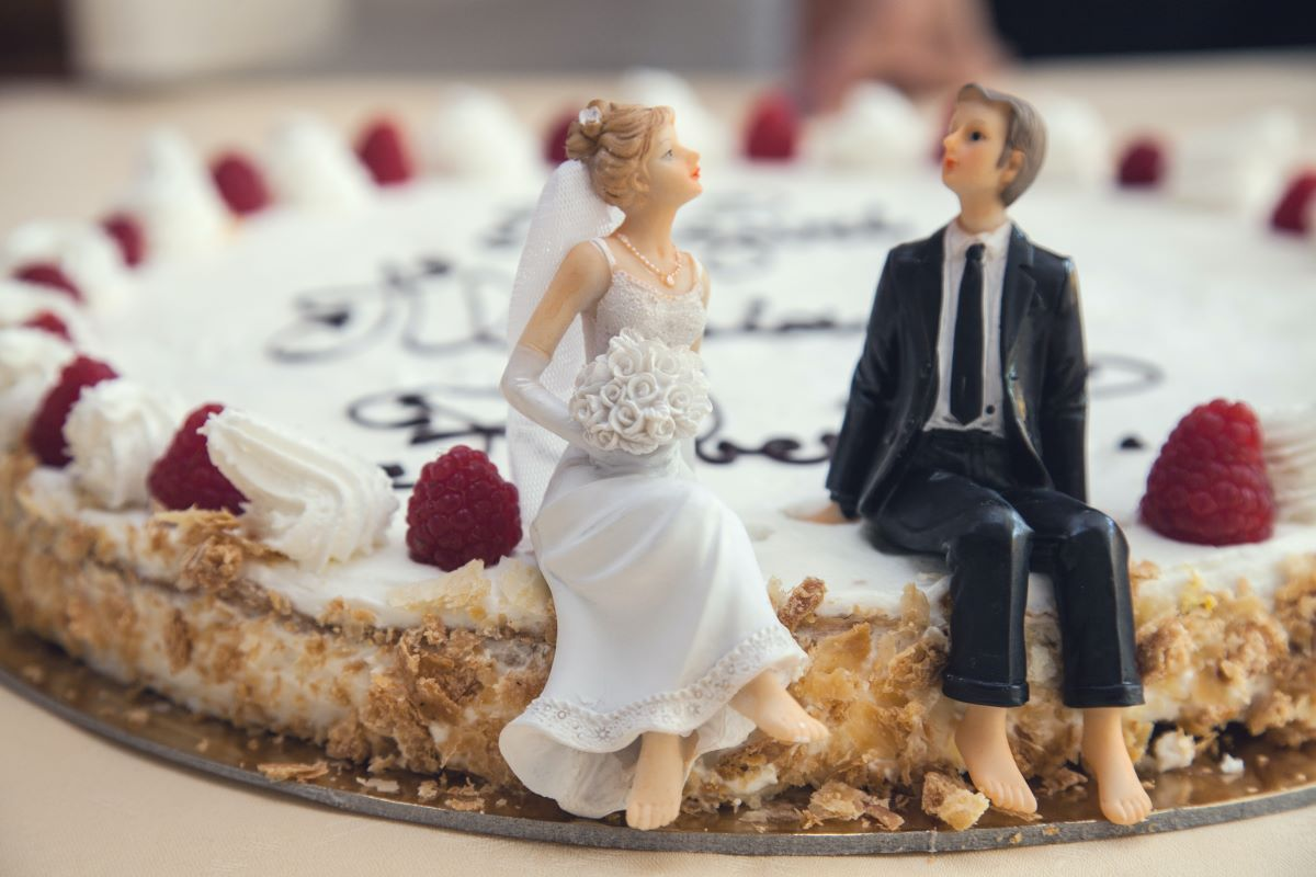 wedding couple figurine on wedding cake